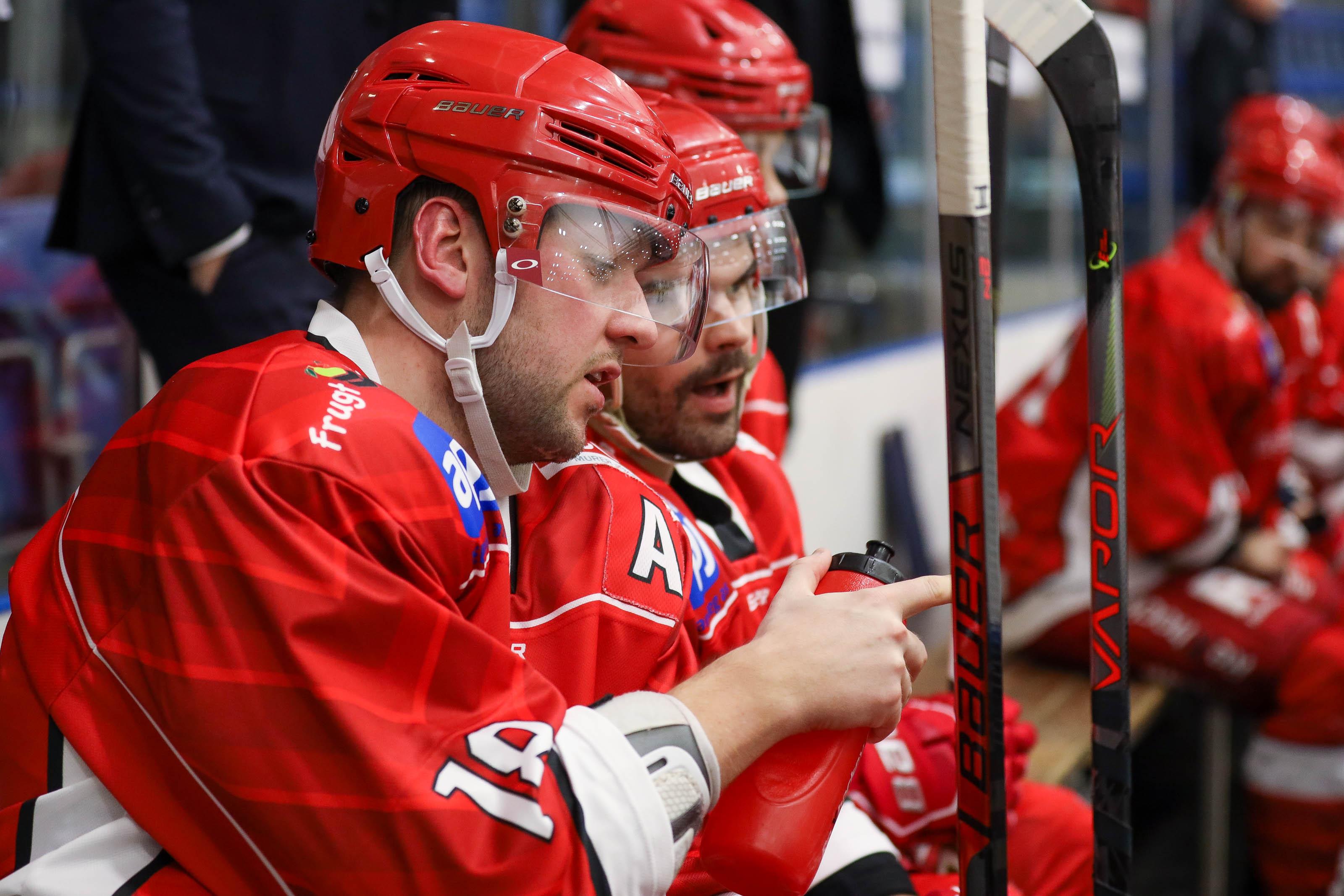 Rødovre-spillere i samtale på bænken.