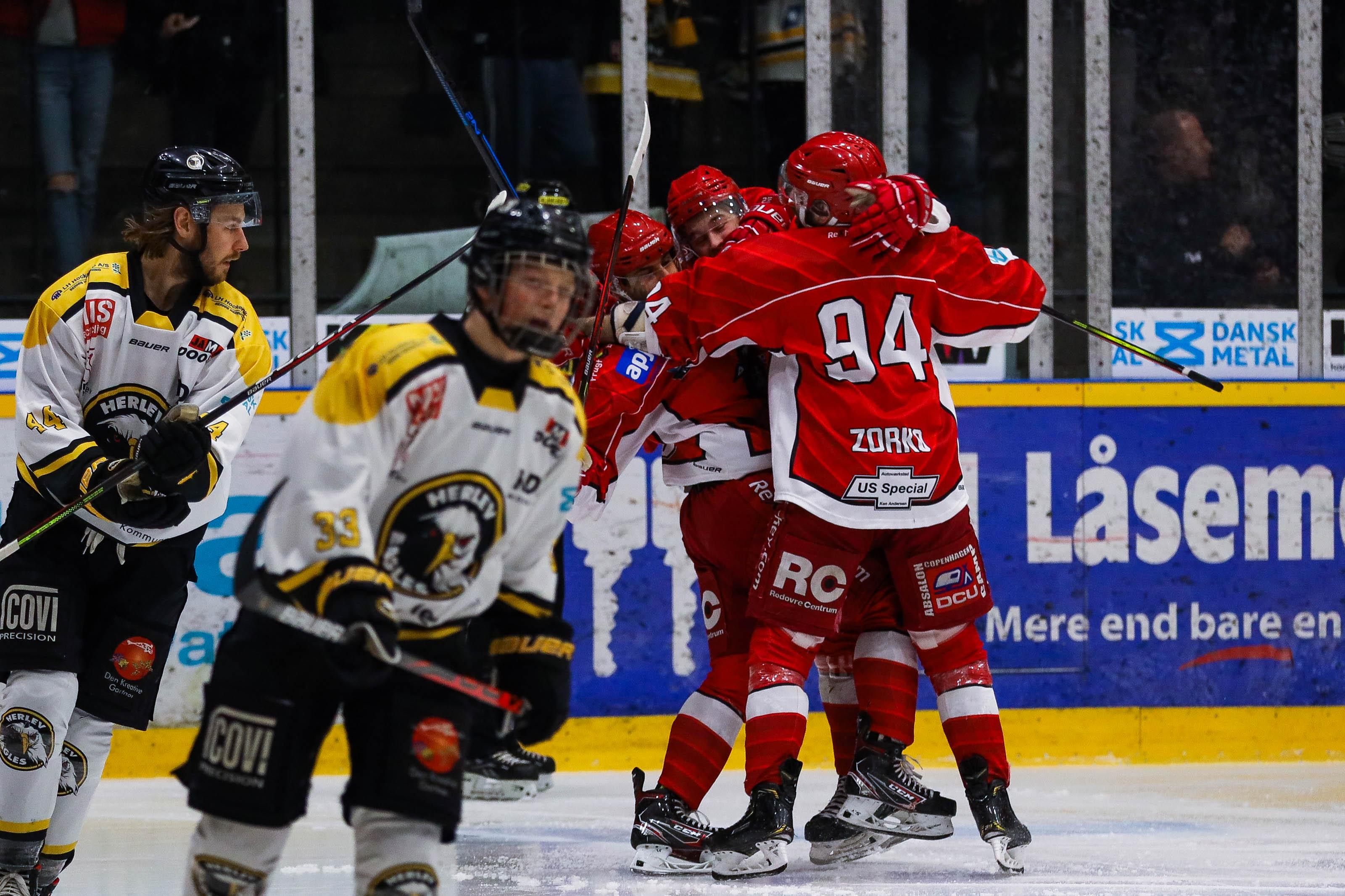 Rødovre-spillere jubler efter en scoring mod Herlev.