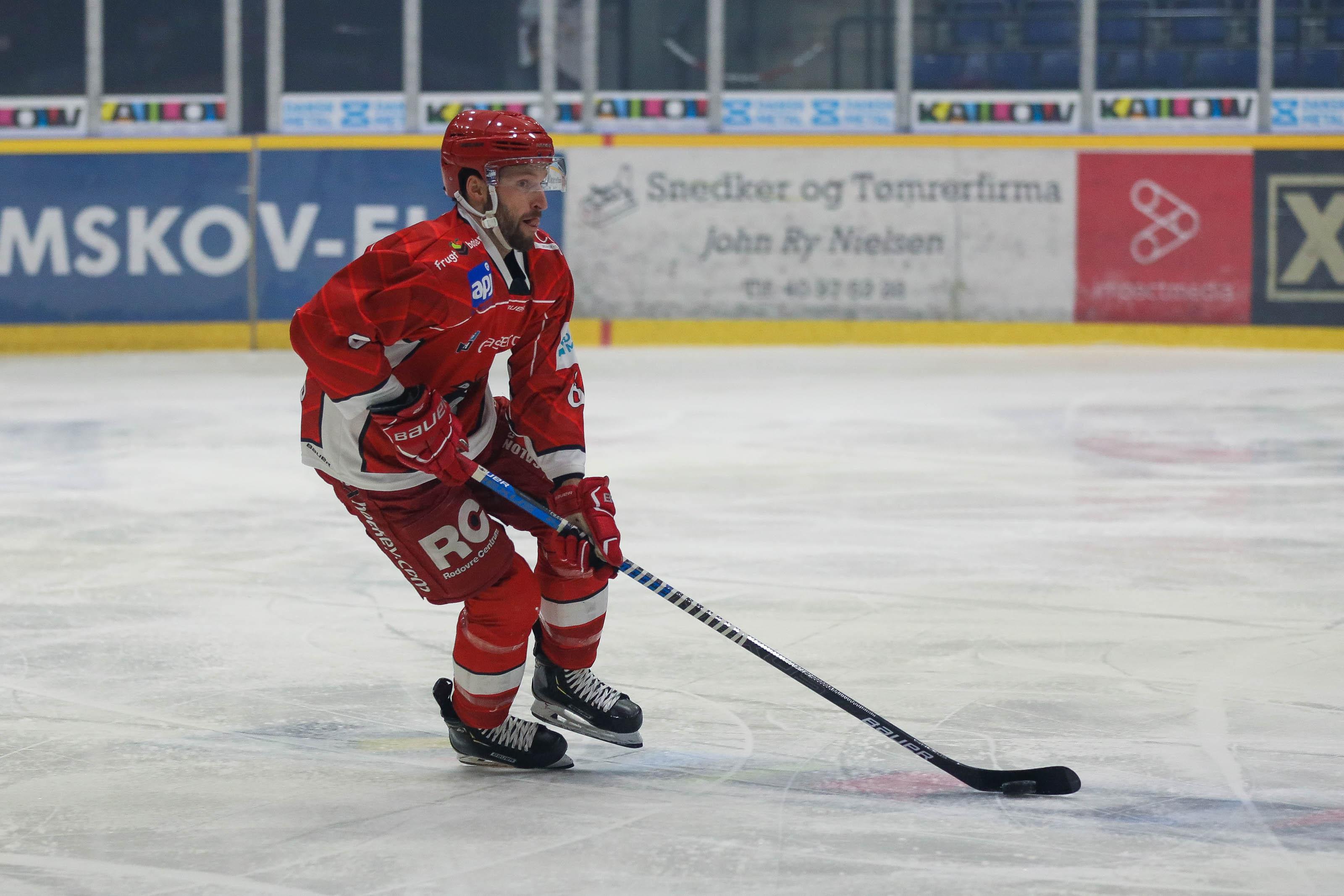 En Rødovre-spiller fører pucken frem ad isen.
