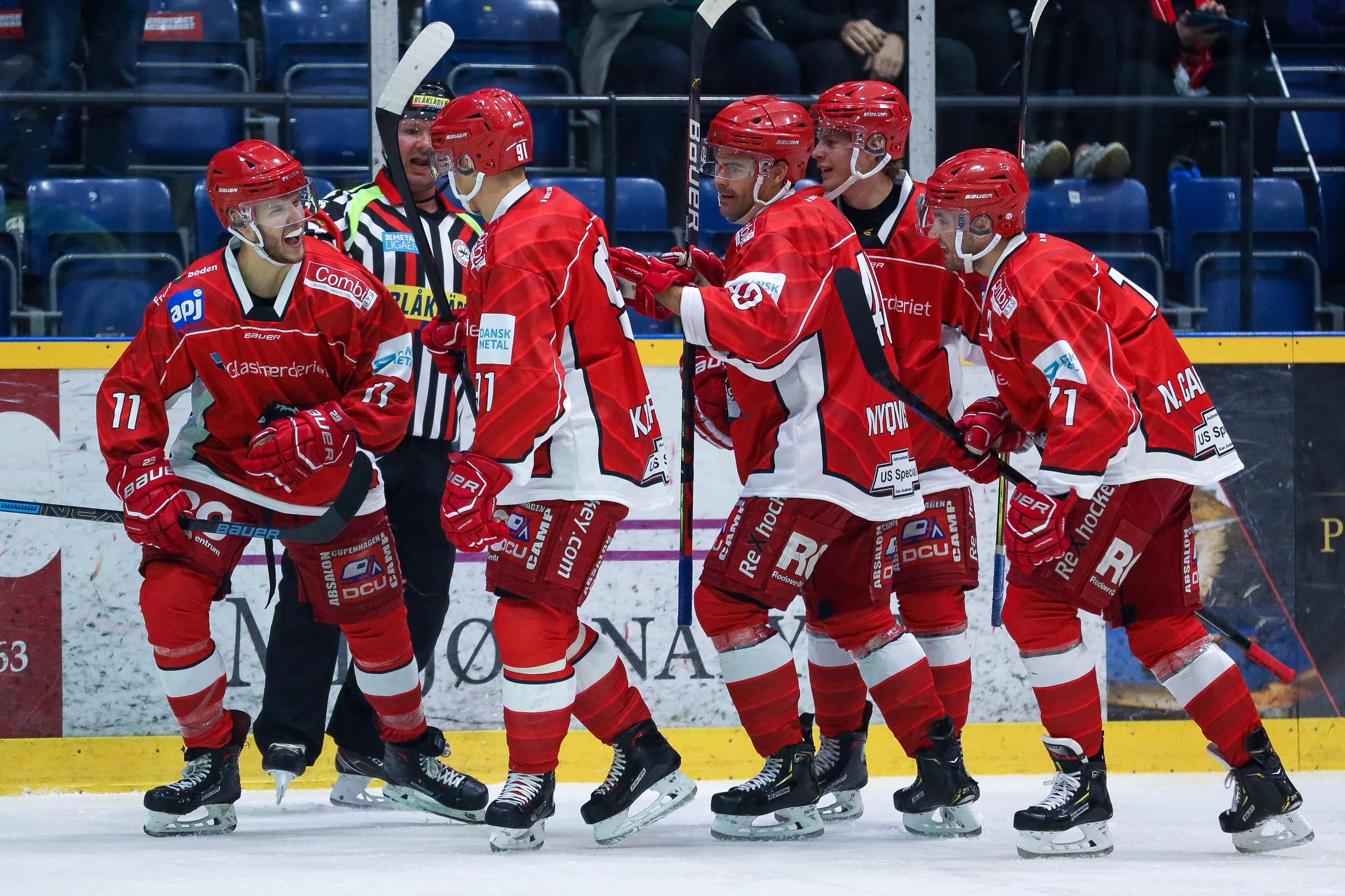 Fem Rødovre-spillere samles efter en scoring.