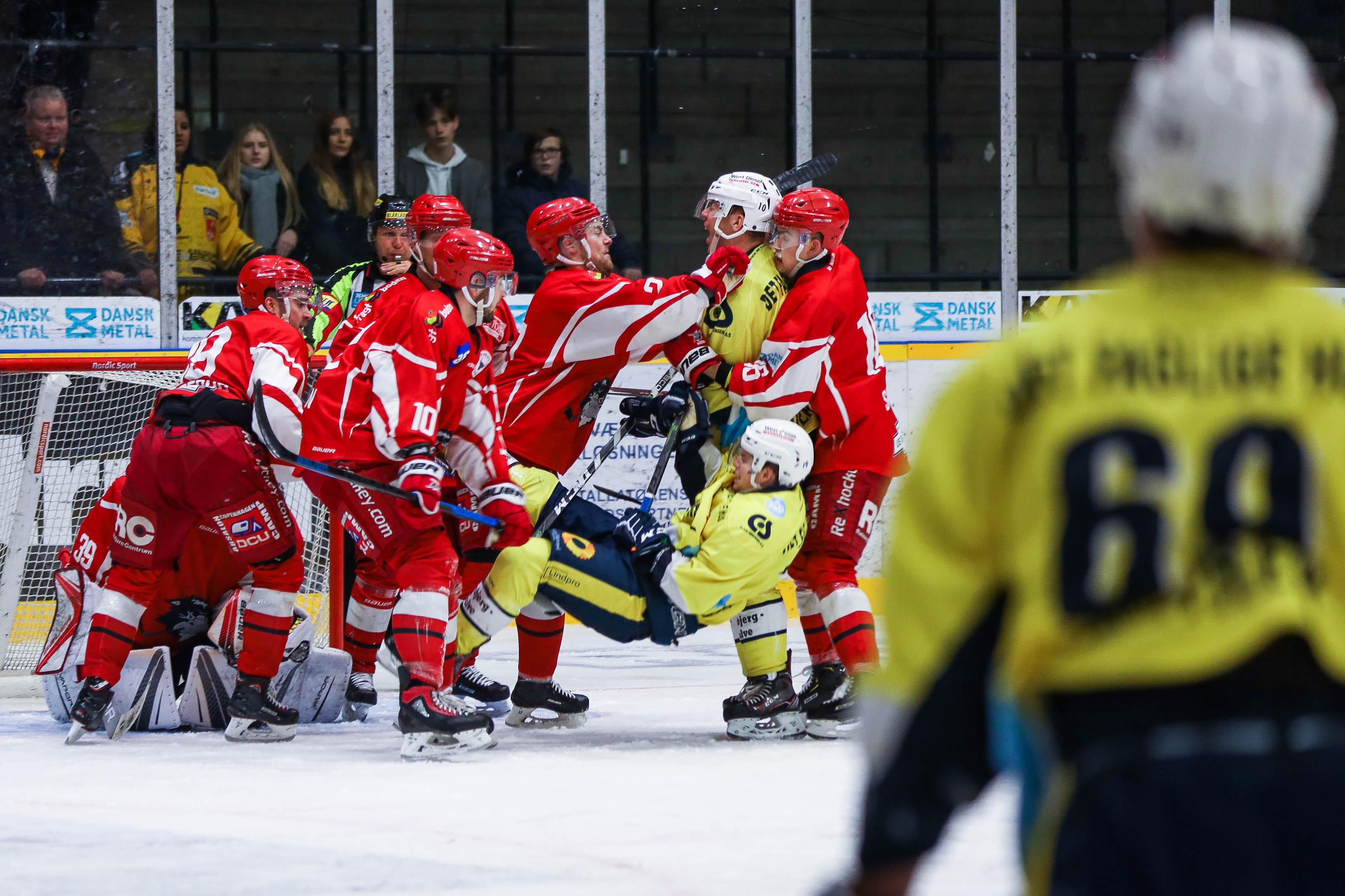 En gruppe Rødovre-spillere vælter en Esbjerg-spiller omkuld.